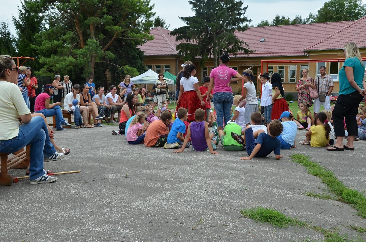 Jó hangulat a tejfalusi iskola udvarán…
