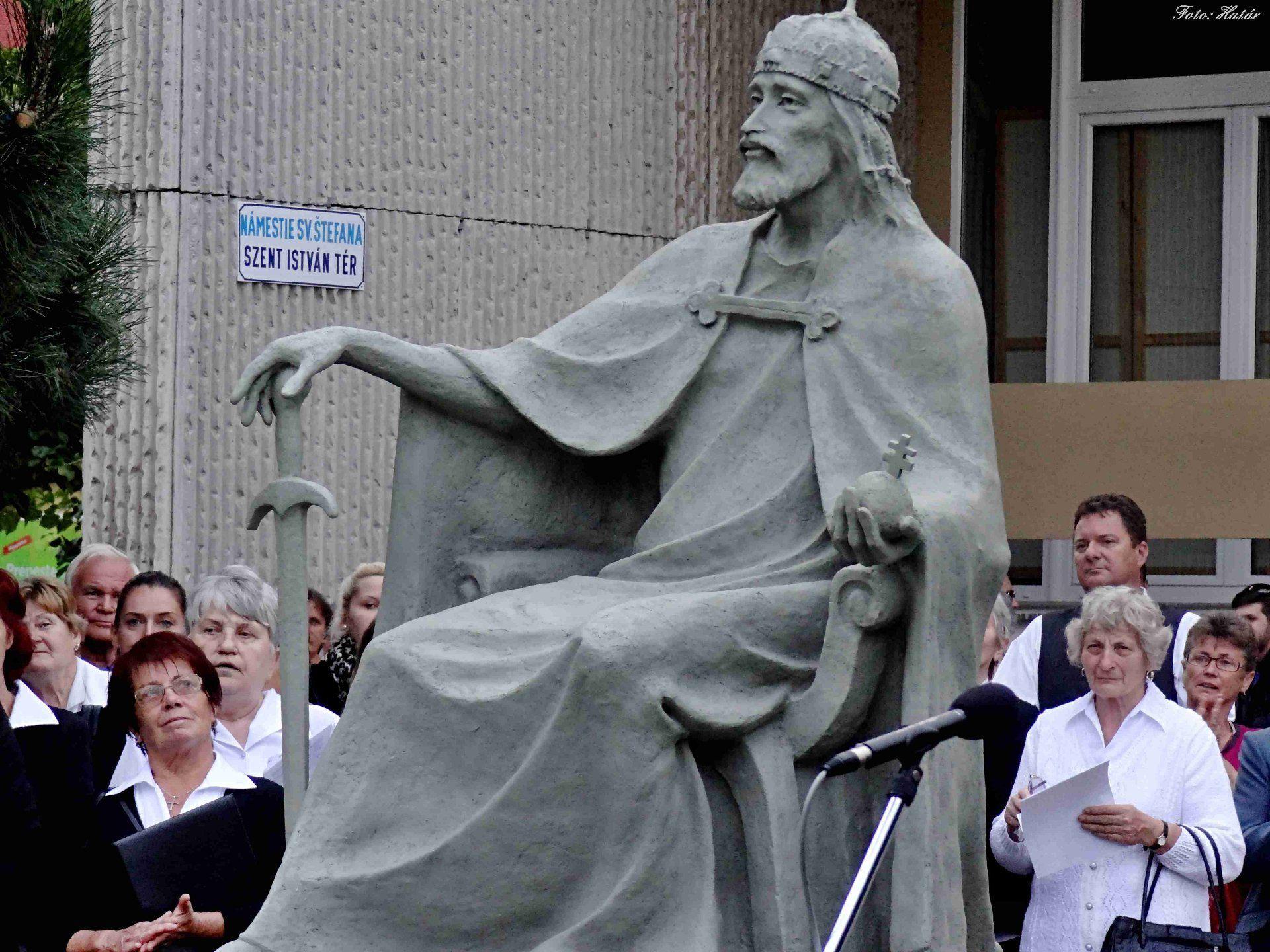 Képes beszámoló Szent István szobrának leleplezéséről