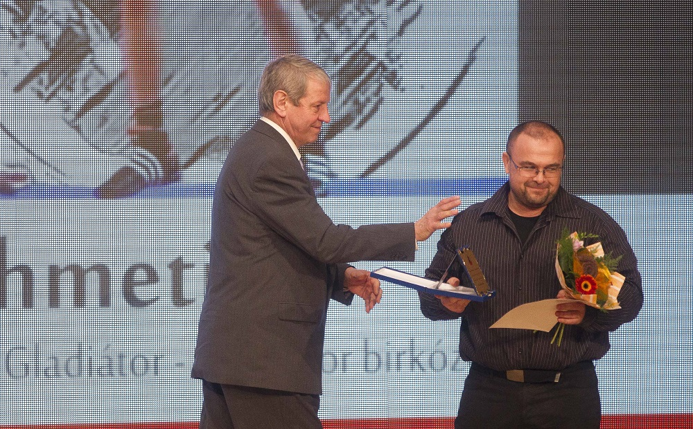 7 A sportbizottság tagja, Konkoly István adja át az ötödik helyért járó díjat Horváth Istvánnak, a birkózóklub edzőjének, aki az edzőtáborban lévő Ahmeti Jusufot helyettesítette