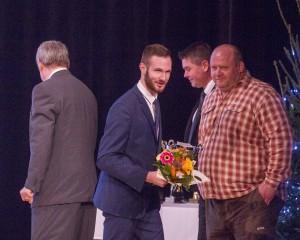 8 A harmadik helyezett, sárosfai Végh Dávid a volt válogatott birkózó Mazáč Milantól vette át a harmadik helyért járó trófeát