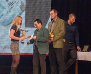 9 A második helyezett bacsfai Bittera Kittinek Jakubík Gábor kajakozó, Chudoba Ferenc sportbizottsági tag és Domsitz Márton, gimnáziumi tanár és helyi képviselő gratulál