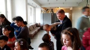 14 nagy volt az érdeklődés az ólomfigurák iránt, Pogány Tibor kisunokájával nézte a mester