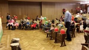 25 A gyerekek az Aranykert bábszínház előadására gyűlekeznek