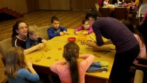 5 Kirchner Mónika asztalánál agyagozhattak a gyerekek