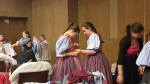 15. A lányok egymásnak is segítettek az öltözködésben