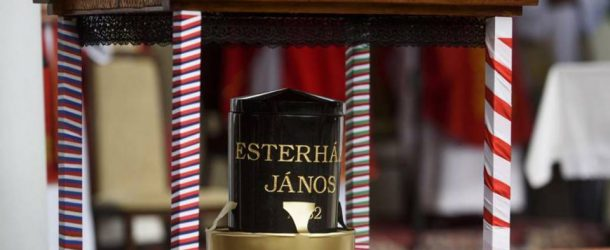 Örök nyugalomra helyezték Esterházy János hamvait